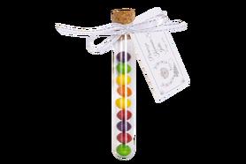 Upominek dla gości, szklana buteleczka z korkiem naturalnym wypełniona cukierkami Skittles + zawieszka indywidualna